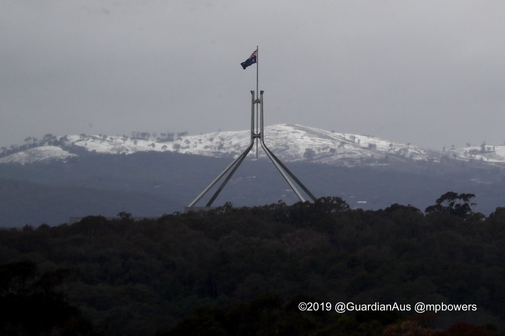 Snow on the hills to the east of Canberra-brrrrrrrrr tis cold in the wind @AmyRemeikis @murpharoo @GuardianAus @msmarto #politicslive theguardian.com/australia-news…