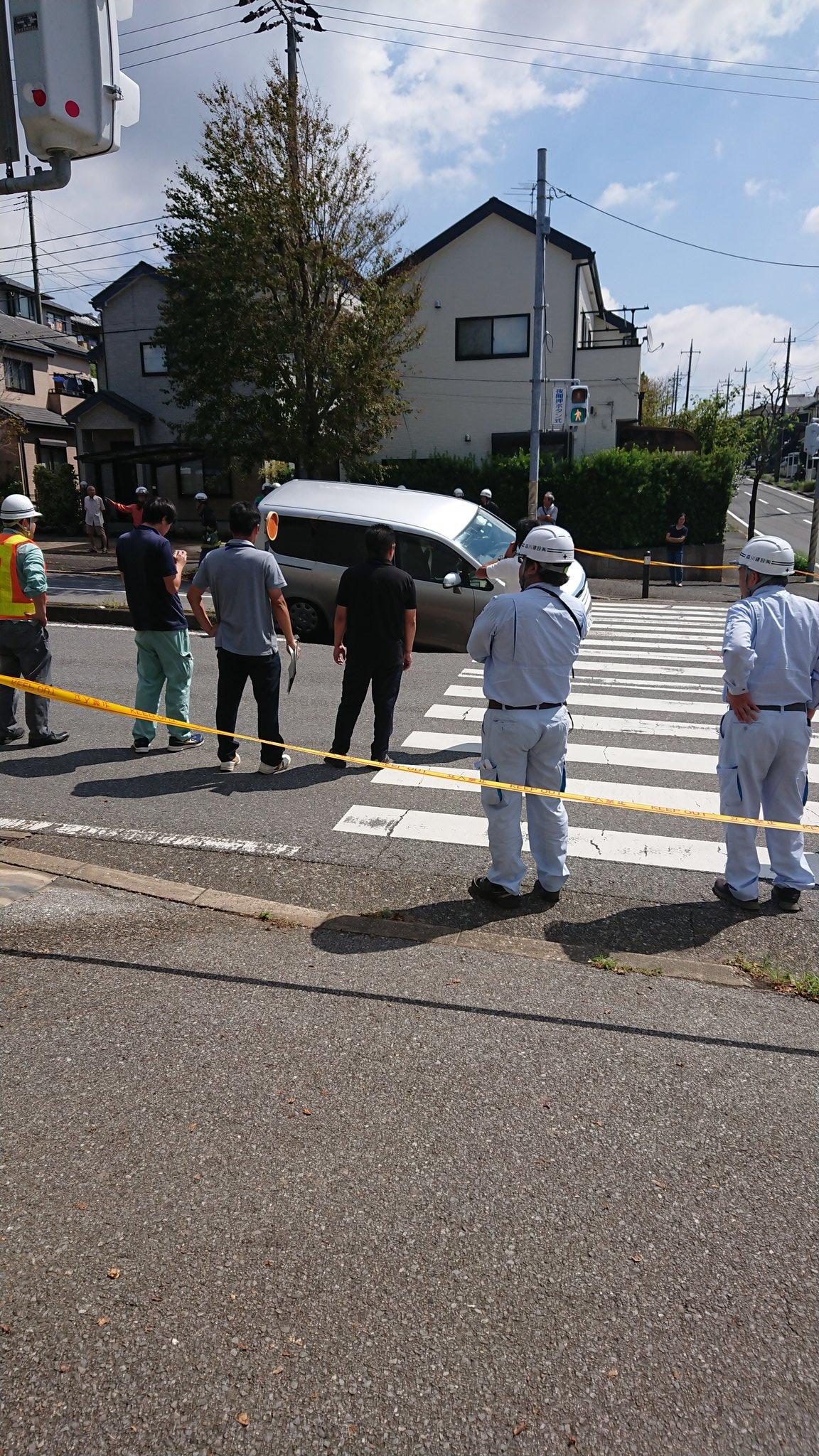 千葉市緑区の道路陥没で車がはまっている事故現場の画像