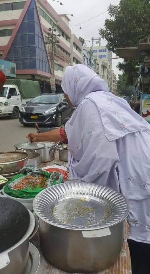 اہلیانِ کراچی کے لیے!ان خاتون نے یونیورسٹی روڈ پر کھانے کا ایک سٹال شروع کیا ہے..آپ صاف ستھرا، گھریلو توجہ سے بنایا گیا کھانامناسب داموں میں لیکر اپنی بھوک مٹا سکتے ہیں، ساتھ میں ان خاتون کی زندگی کی گاڑی بھی چل پڑے گی..!! 🙏❤محلِ وقوع: یونیوسٹی روڈ، سماما سینٹر کے ساتھ!