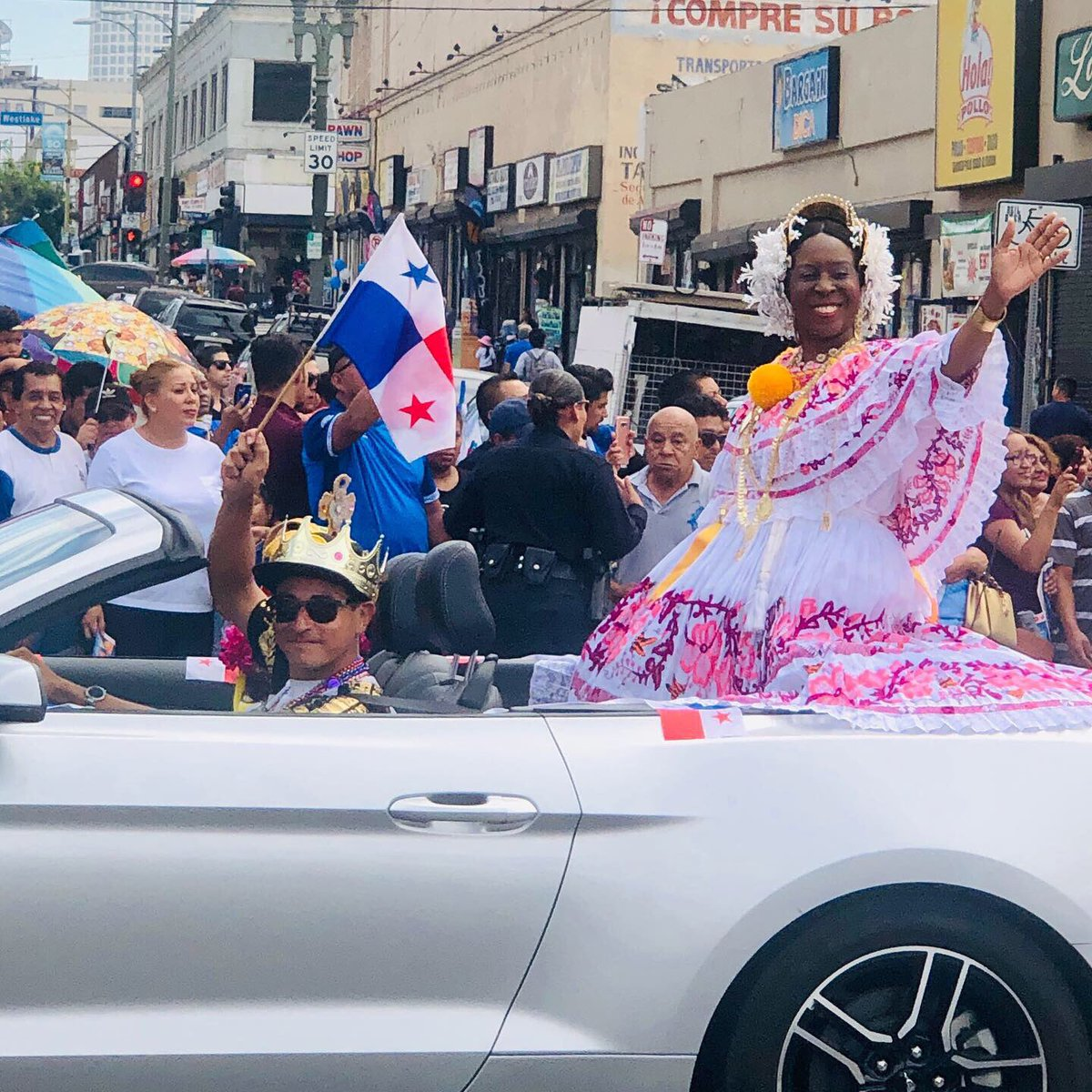 Went to the Central American parade in LA and snapped three reinas: Panama, El Salvador and Nicaragua <br>http://pic.twitter.com/38FOeOuVTo