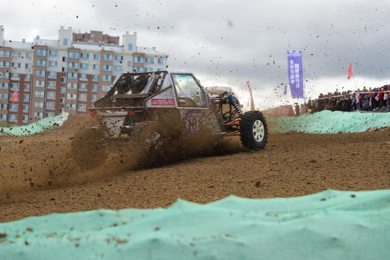China-Russia off-road racing games make a muddy splash in the Chinese border city of Suifenhe http://xhne.ws/m70Ae