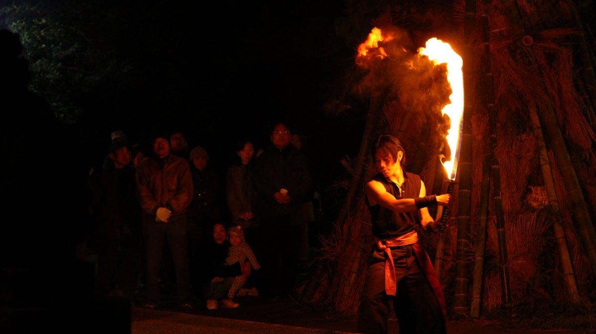 和と炎の融合。炎には迫力だけでなく「静」の美しさがある。 #炎 #炎舞 #奉納 #神社 #神事 #japan https://t.co/mC2WfELf04
