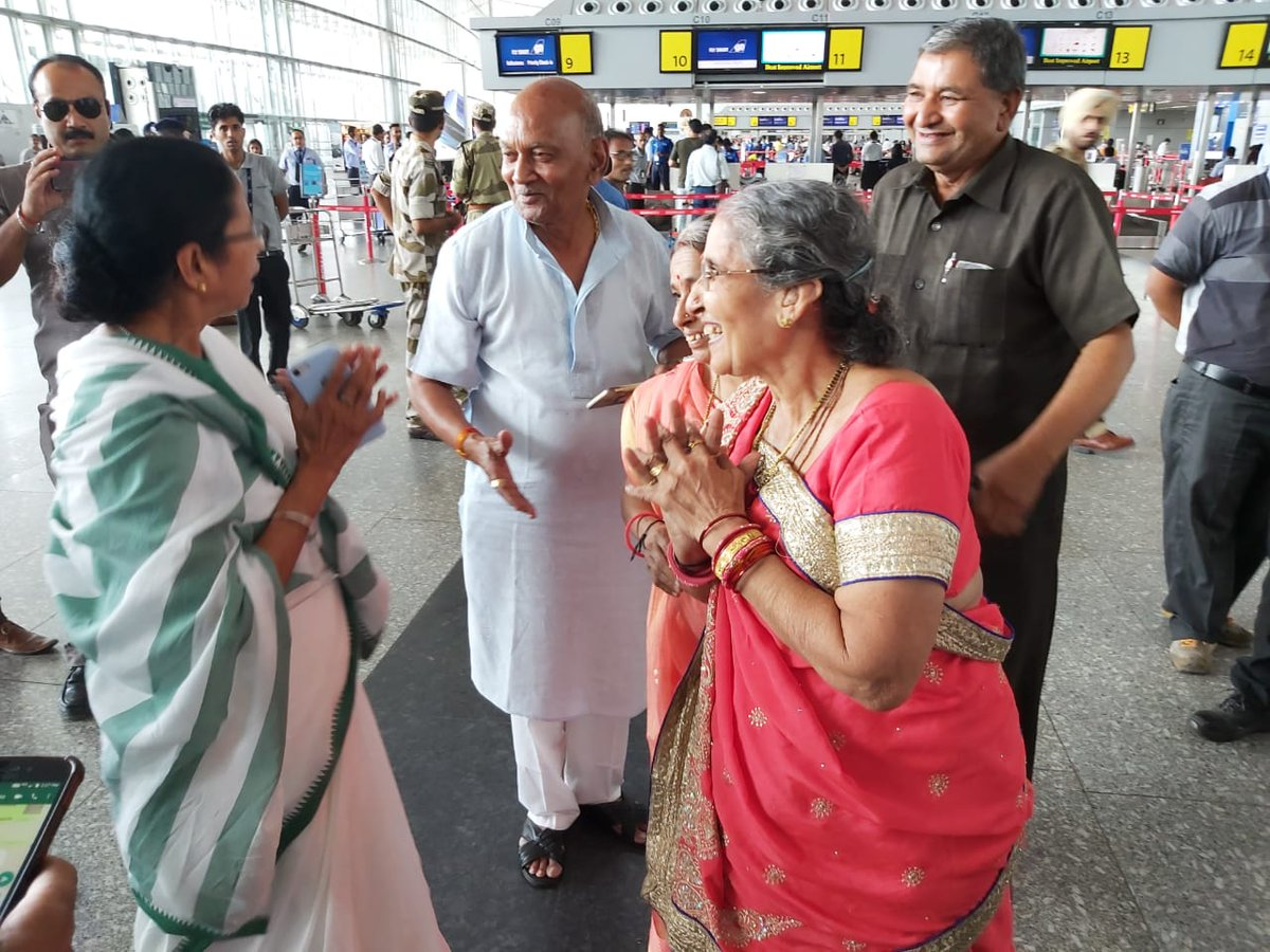 West Bengal CM Mamata Bannerjee on Tuesday had a chance encounter with PM Narendra Modi's wife Jashodaben at the #Kolkata airport. Banerjee greeted her and both exchanged pleasantries. The TMC supremo also gifted her a saree. <br>http://pic.twitter.com/2DVuIYOEsL