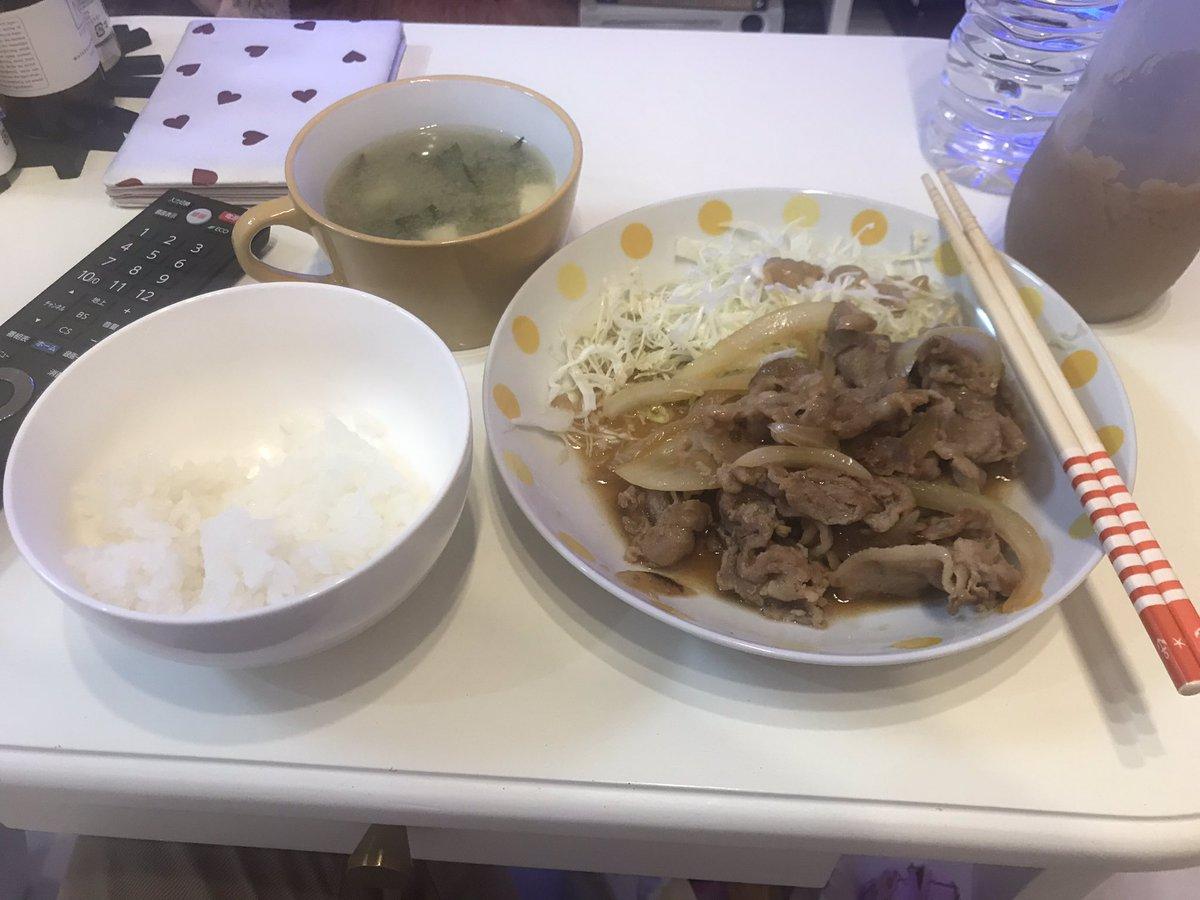 沖縄の依頼者宅で生姜焼きをもらってる。依頼者は出かけた