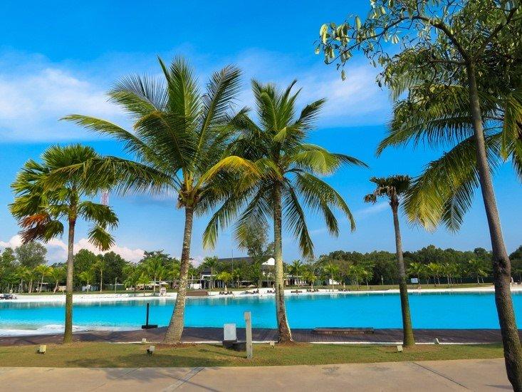 【旅日記】ランチを食べたらバスでちょこっと移動して、いろんなアクティビティが楽しめるトレジャーベイ・ビンタンへ。いよいよ本格的に撮影スタート!広大なプールに椰子の木……南国感満載🌴写真は撮影前の玲於くんと楽くん😀(編集部)#supdra_warnawarni #ワルナワルニ #スパドラ