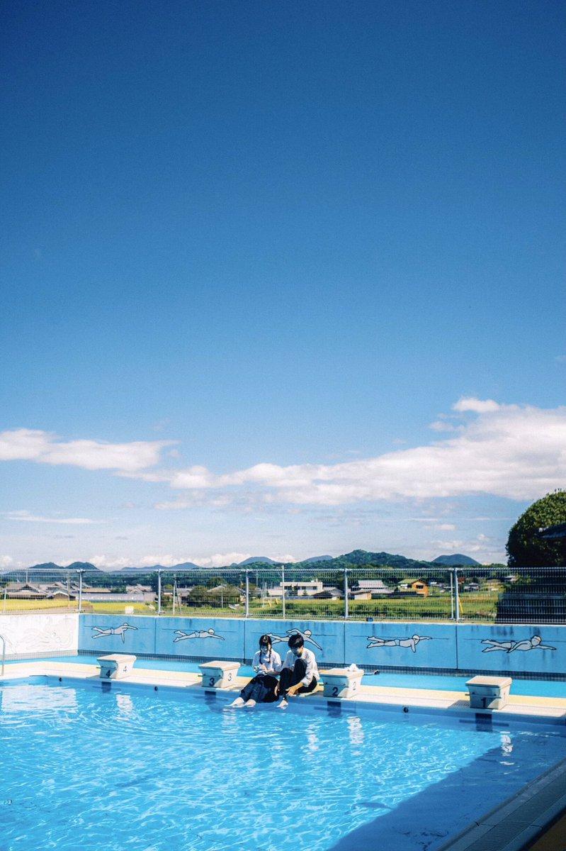 二人で授業を抜け出した日、真昼のプール。