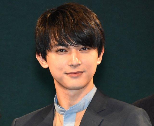 """【会場驚き】吉沢亮、""""ドス黒""""だった高校時代を告白当時は友人が2、3人しかいなかったと明かし「モテそうな男たちに『あいつらカッコよくないから』とか裏で言ってましたね」と語った。"""