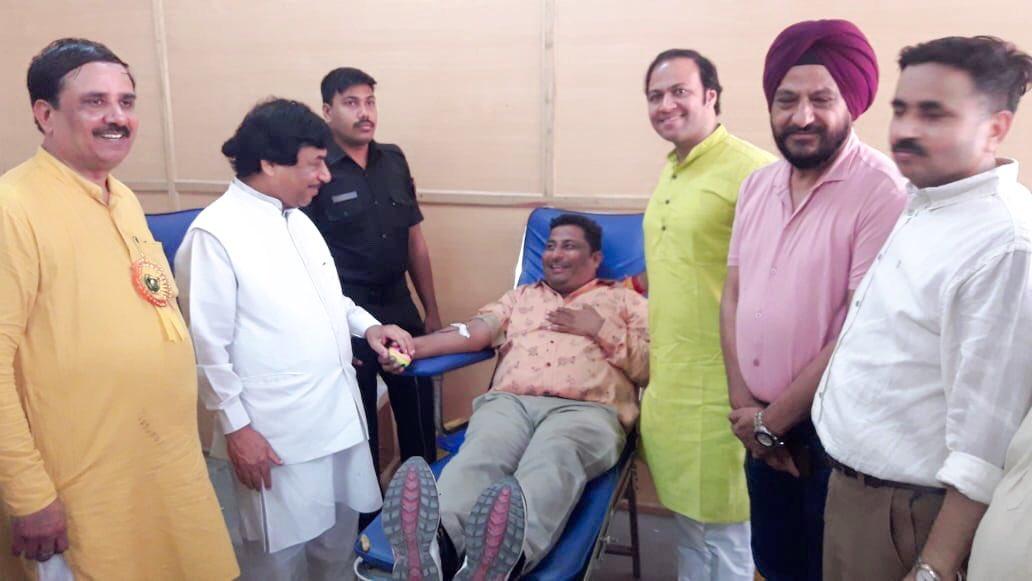 देश के यशस्वी प्रधानमंत्री श्री @narendramodi जी के जन्मदिवस पर दिल्ली स्थित मादीपुर मे रक्तदान शिविर व भोजन प्रसादी की सेवा मे उपस्थित रहा।               बाबा महाकाल का आशीर्वाद आप पर सदा बना रहे।