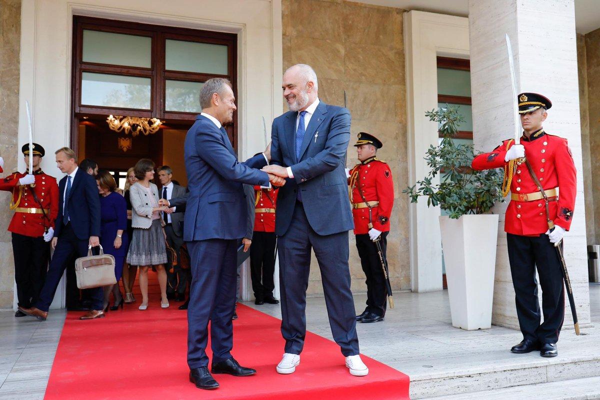 Hyrja e Shqipërisë në BE është në interesin më të mirë të të gjithë Evropës. Sepse Evropa nuk do të jetë e qendrueshme dhe e sigurtë pa integrimin e të gjithë Ballkanit në BE. Bëhet fjalë për të ardhmen tonë të përbashkët. europa.eu/!un84rP