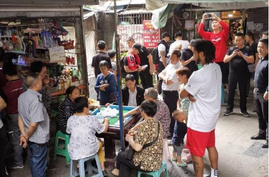 【圖片】看得津津有味!羅斯中國行圍觀大叔大媽打麻將:我應該能看懂!