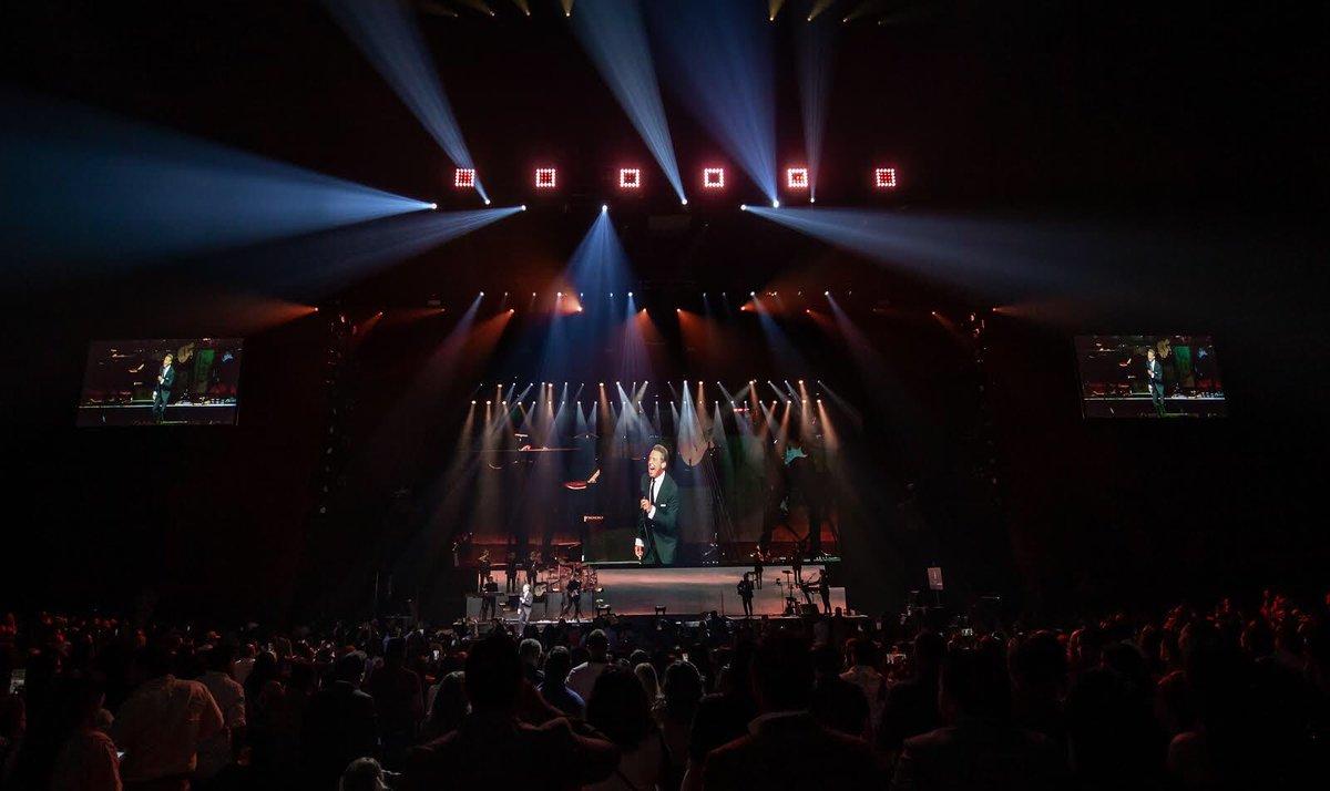 10 años en Caesars Palace. Gracias Las Vegas! #LuisMiguelTour2019 https://t.co/xN5WxAHbtu