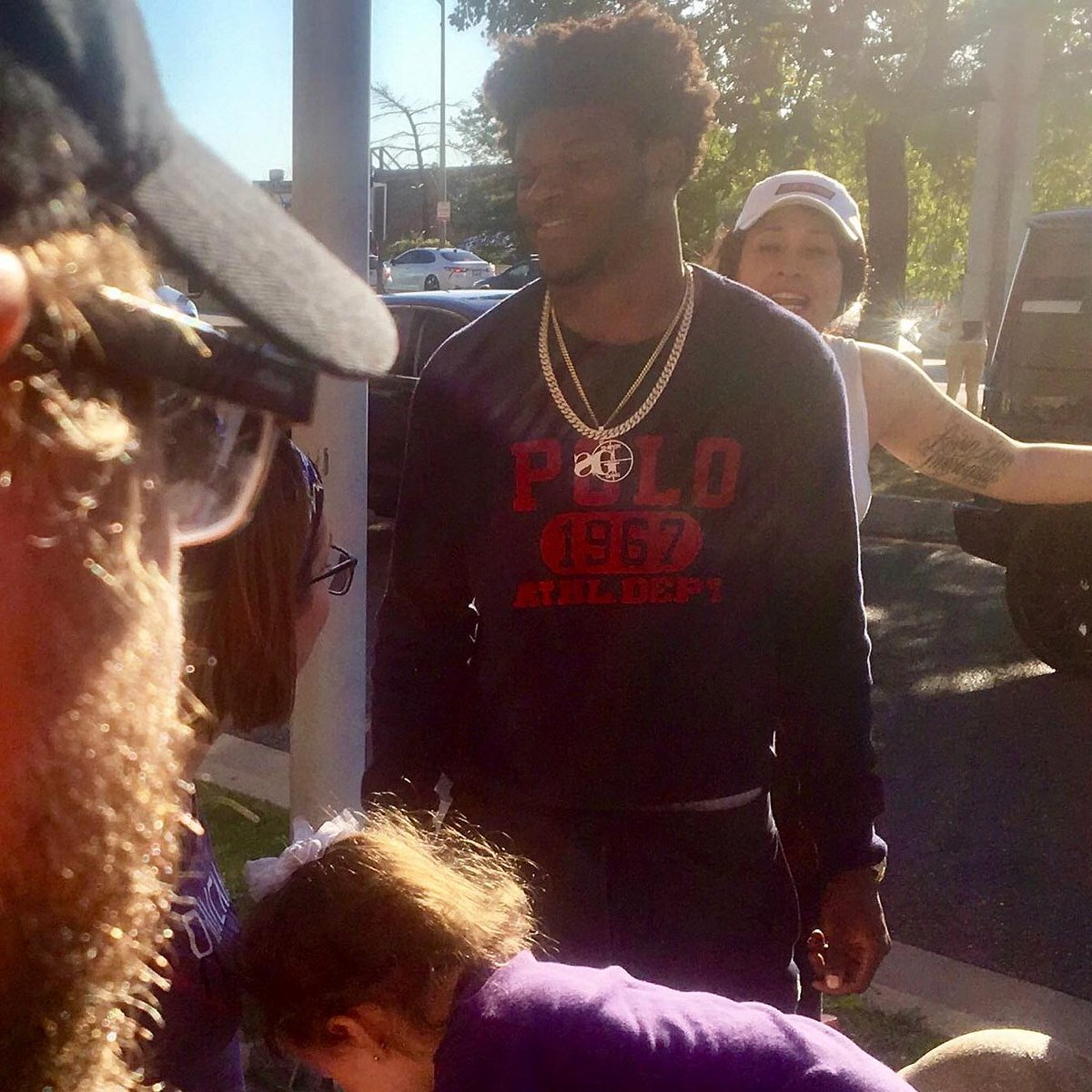 Some fans from Kentucky spotted Lamar in traffic after Baltimore beat the Cardinals on Sunday.  The QB pulled over to the side of the road and signed autographs for the whole group ✊ @brgridiron  (via @Ravens) https://t.co/M2FF0exT5d