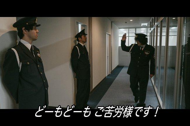 スパイ映画で「警備員の制服を奪って敵地に潜入する」というシーンをよく見るのでやってみたんですが、髪の毛のせいで即バレしました▼映画でよく見る「あのシーン」を再現してみた  #映画あるある完全再現