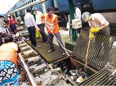 Western Railway removed massive 16000 kg of garbage mostly plastic in one single day from the tracks between Churchgate & Virar yesterday. 30,000 ppl cleared the tracks as part of a cleanliness drive. This drive was a part of 'Swachhata He Sewa campaign launched by PM Modi