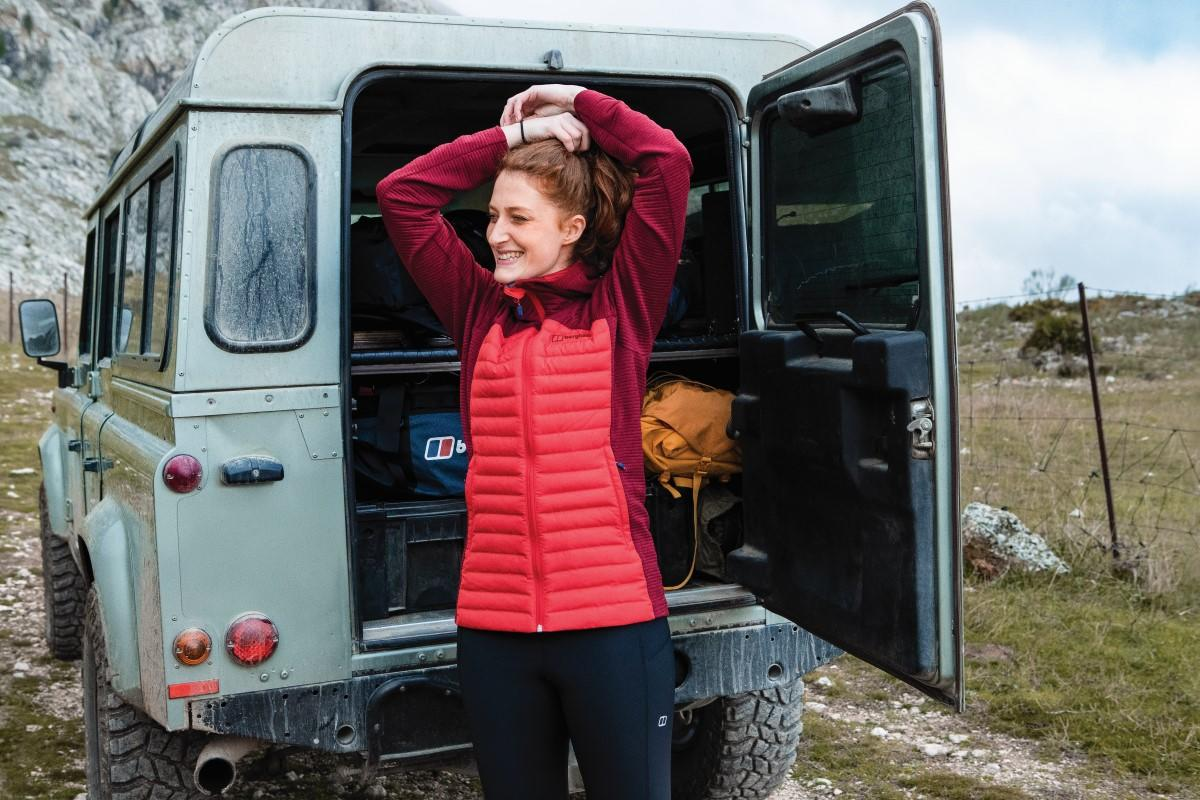Not sure of the weather? The adaptable Womens Nula Hybrid Jacket can be worn on its own or as a layer, love its warmth in the cold and pack it away when the heat is on. Pair with the Leylur leggings to get outdoors this weekend. 🛒 - bit.ly/BerghausAW19-W…