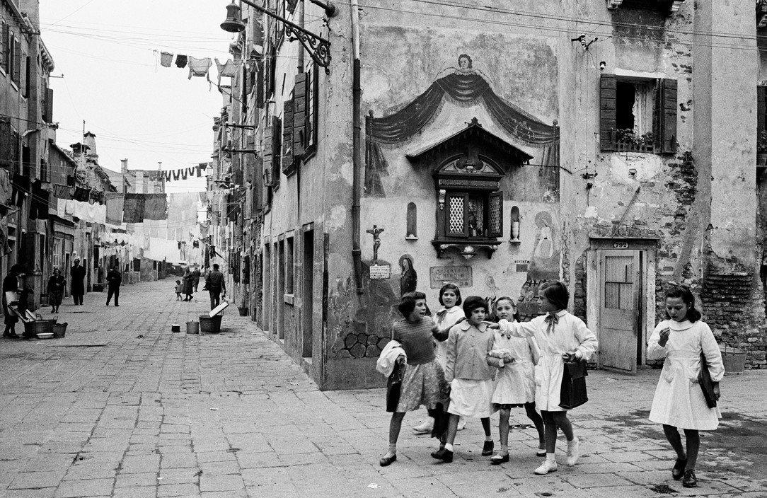 "Iveser Venezia on Twitter: ""Mattinate di scuola, 1955 [Inge Morath]… """