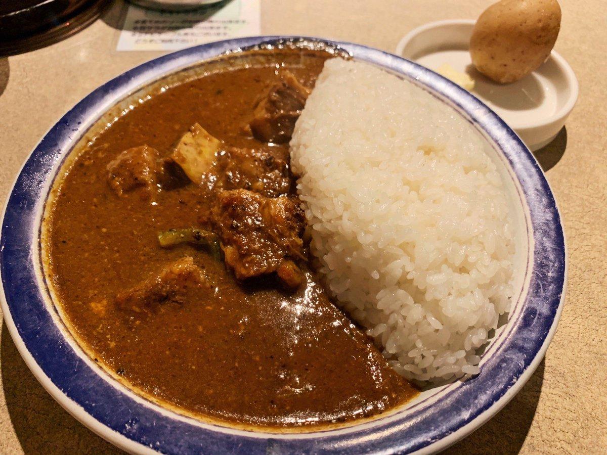 【エチオピア】@東京:神保町駅から徒歩4分スパイシーな風味がたまらないビーフカレーを食べられるお店。スパイスを豊富に含んだカレーは辛味が効いていて抜群の香ばしさ!ほんのり脂の乗った柔らかいお肉がカレーの風味と混ざり合って美味🎶辛さは最大で70倍まで変更可能で辛党にもオススメ✨