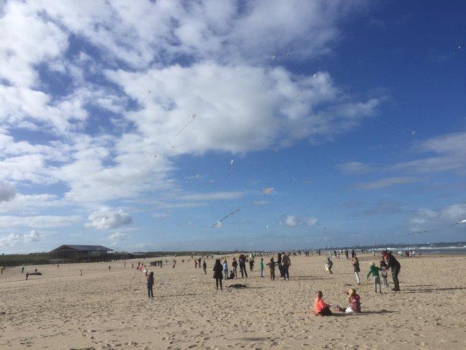 Vliegerfeest op het strand bij Molenslag, honderden kinderen met vliegers in actie https://t.co/13xzGq0Rce