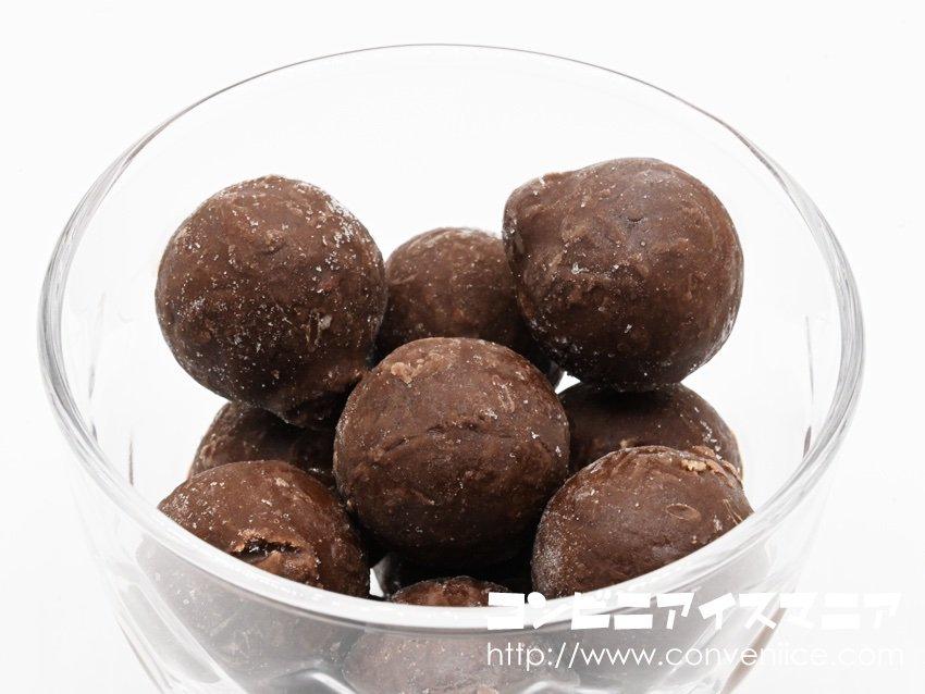 【新作アイスレビュー】チョコ好きは必食!カカオ72%ベルギー産チョコレートをブレンドした本格ショコラジェラート!甘さは少しひかえめ。濃厚なカカオの風味、深いコク、ねっとりしたジェラート食感が楽しめる大人仕様のアイスの実!グリコ『アイスの実 大人のショコラ』→