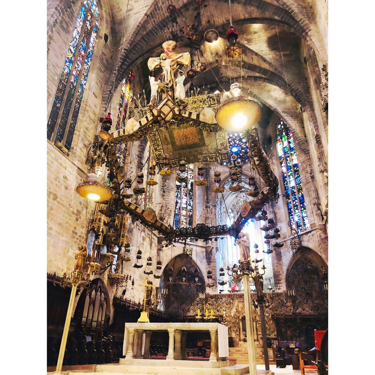マヨルカ大聖堂 マヨルカ島、パルマにあるカテドラル ガウディが改修計画をしたんです。 天蓋が他にあまりないタイプで、ここには載せてないけど、この祭壇の右側にある特徴的なステンドグラスと魚モチーフの壁面装飾がとても美しかった。