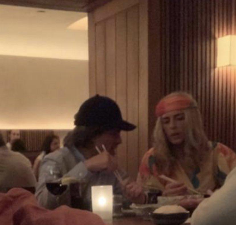 Los descubren cenando en NYC 🤔 Adivinen quiénes son: