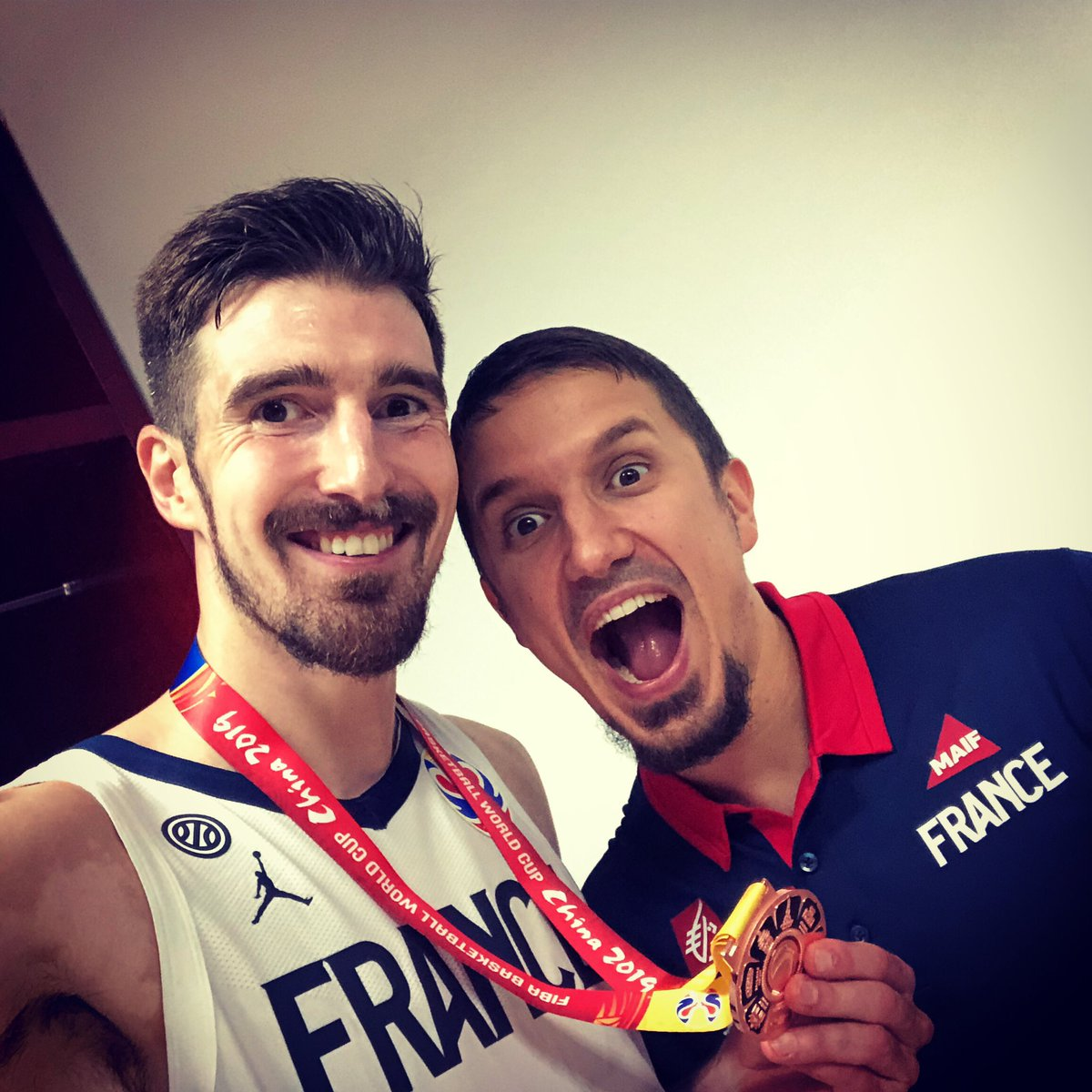 Avec mon ami Théo ! 😉🏀🇫🇷🥉 You need something, just ask him... 😜 #ThéoÀTokyo #JO2020