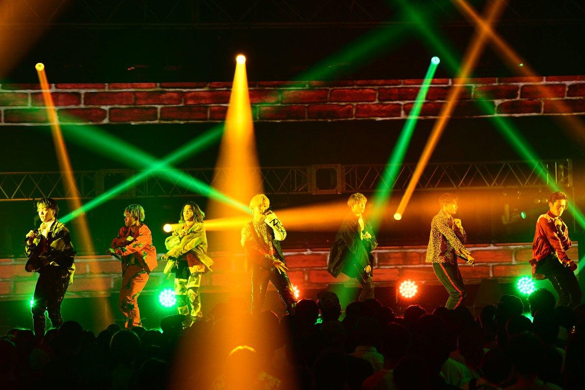 #BALLISTIKBOYZ が、「MTV VMAJ(ビデオミュージック・アワード・ジャパン)」で「Rising Star Award」を受賞し、新木場スタジオコーストで行われた「THE LIVE」に出演!#砂田将宏 さんが英語で感謝の言葉を伝えるとともに(すいません、聞き取れず…)、初のシングル「44RAIDERS」を初披露しました