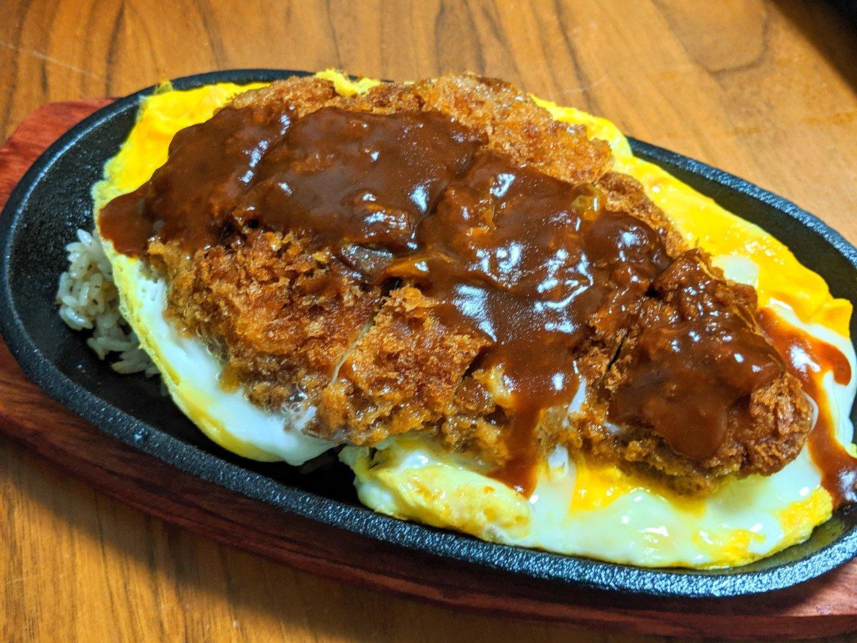 卵とじのカツ丼とオムライスを掛け合わせたみたいなやつ。下がガーリックライスでかかっているのがドミグラス。そしてステーキ皿。個人のおっさんがやってる洋食屋か!