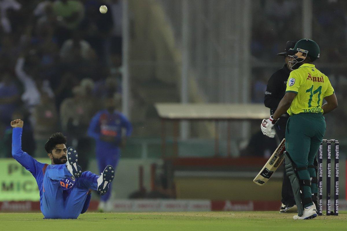 WATCH: The Ravindra Jadeja reflex catch  Bowl, hit, catch, celebrate - @imjadeja on a roll with this one   Full video here  http://www. bcci.tv/videos/id/7871 /the-ravindra-jadeja-reflex-catch  …  #INDvSA<br>http://pic.twitter.com/DGCwl1P4Vu