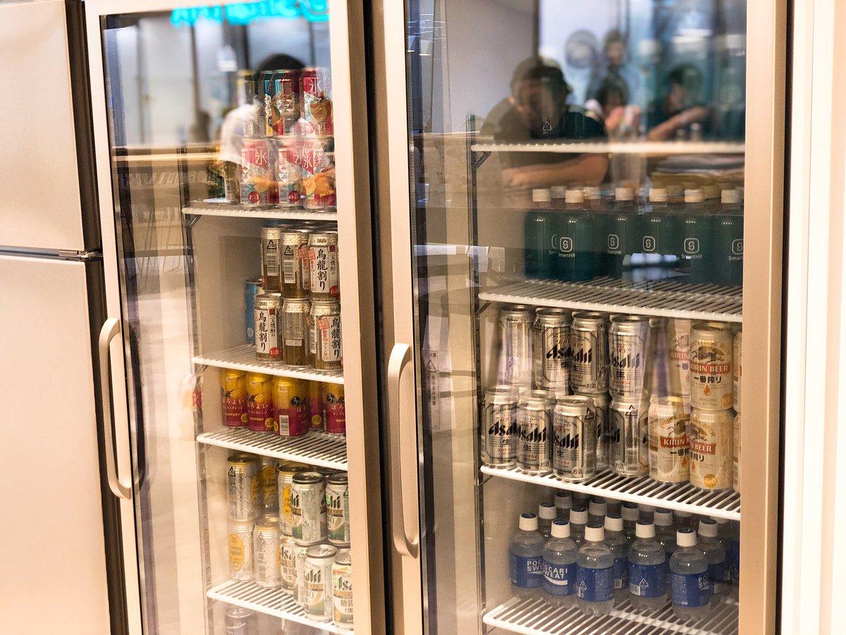 そして@SmartHR_jp さんは定時を過ぎたらこの素敵オフィスでアルコールがフリーで飲めるのですよ!ハイボール好きの私が思わず「天国みたいな会社ですね」とお伝えしたら、宮田さん @miyasho88 が「それは言い過ぎです笑」と…。いや、本当に天国です。▼紹介資料はこちら