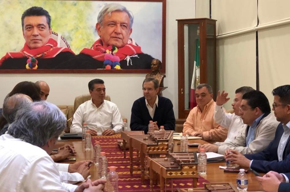 Por instrucciones del presidente @lopezobrador_ me reuní con el Gobernador de #Chiapas, @rutilioescandon y la dirigencia de la Sección 7 para converger los caminos en favor de la equidad y excelencia de la #educación en el estado.