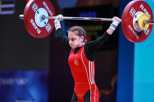 Turkey's Saziye Erdogan wins women's 45kg category at the World #weightlifting Championships