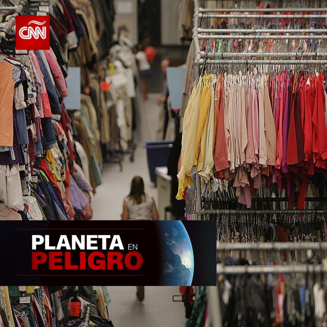 ¿Sabías que comprar ese vestido o pantalón que tanto quieres puede costar mucho más que lo que indica su etiqueta? Conoce el impacto que la industria de la moda tiene en el ambiente, además de algunas sugerencias para hacer que tus acciones ayuden a nuestro #PlanetaEnPeligro