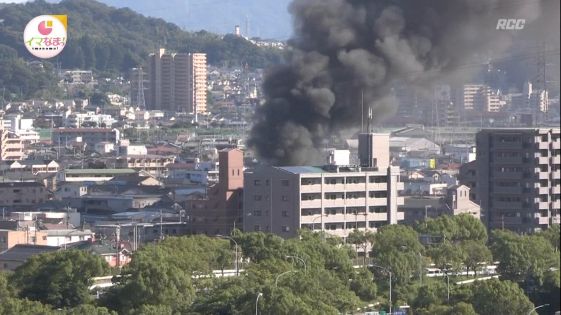 広島市安佐南区で大量の黒煙を上げる火災現場の画像