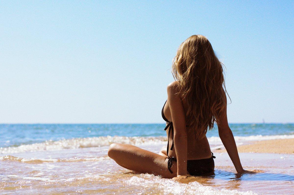 Девушки со спины море
