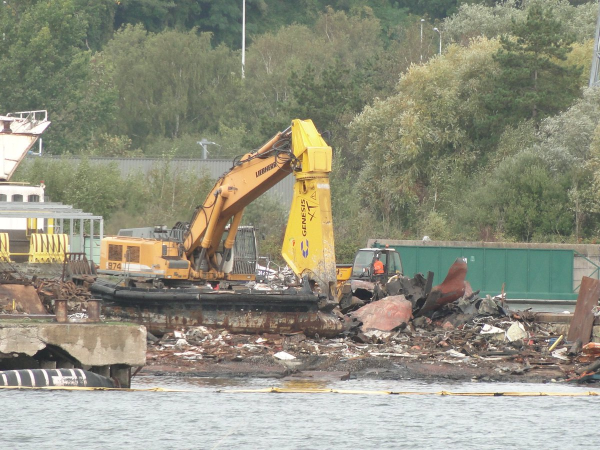 EF1FwatXkAUFhz  - The old Woolwich ferries' demise
