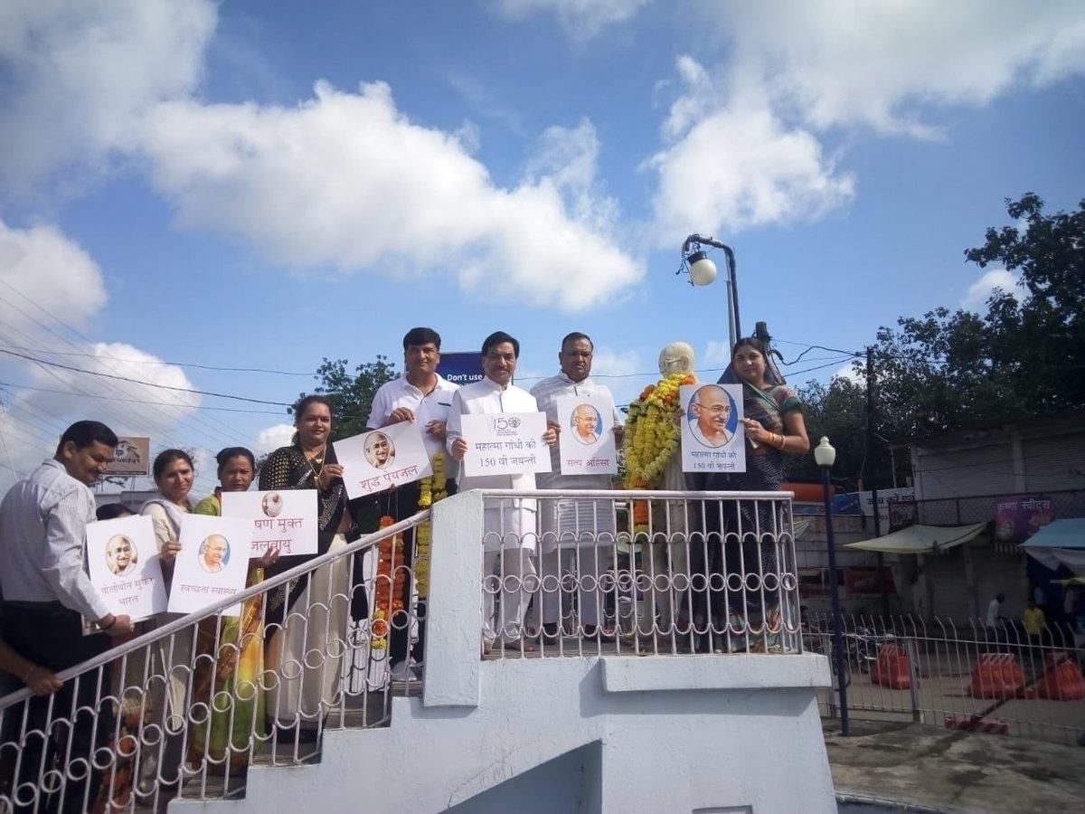 छिन्दवाड़ा , 2 अक्टूबर , महात्मा गांधी जी की 150 वी जयंती के उपलक्ष्य पर छिंदवाड़ा में गांधी संकल्प पदयात्रा की शुरुआत हुई वहाँ स्थित फव्वारा चौक पर महात्मा गांधी जी की प्रतिमा में माल्यार्पण किया गया। इसके बाद सड़को से पॉलीथिन बीन व झाड़ू लगाकर स्वच्छता का संदेश  दिया गया।