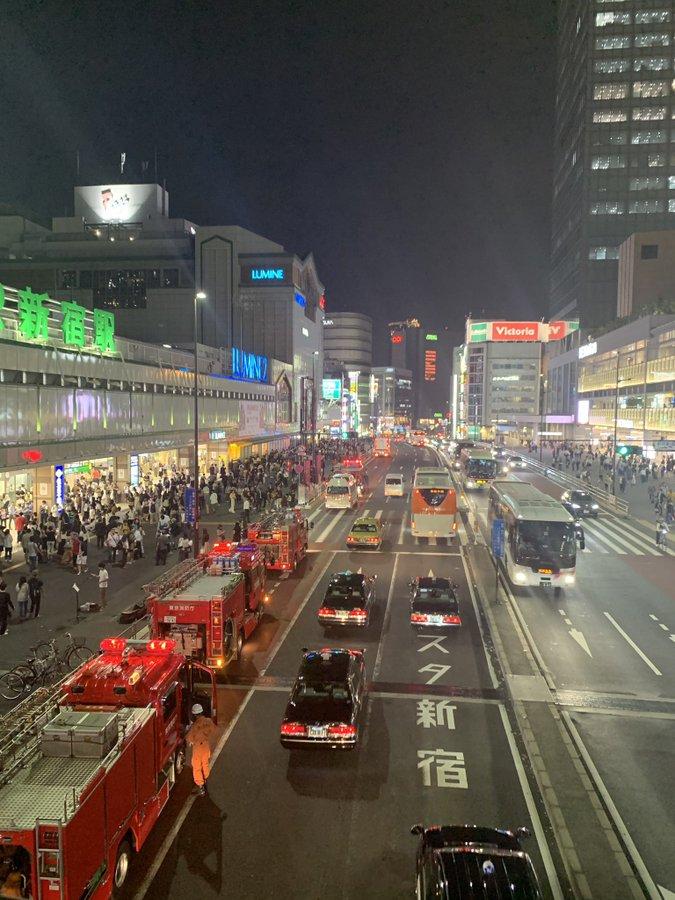新宿駅に大量の緊急車両が集結している画像