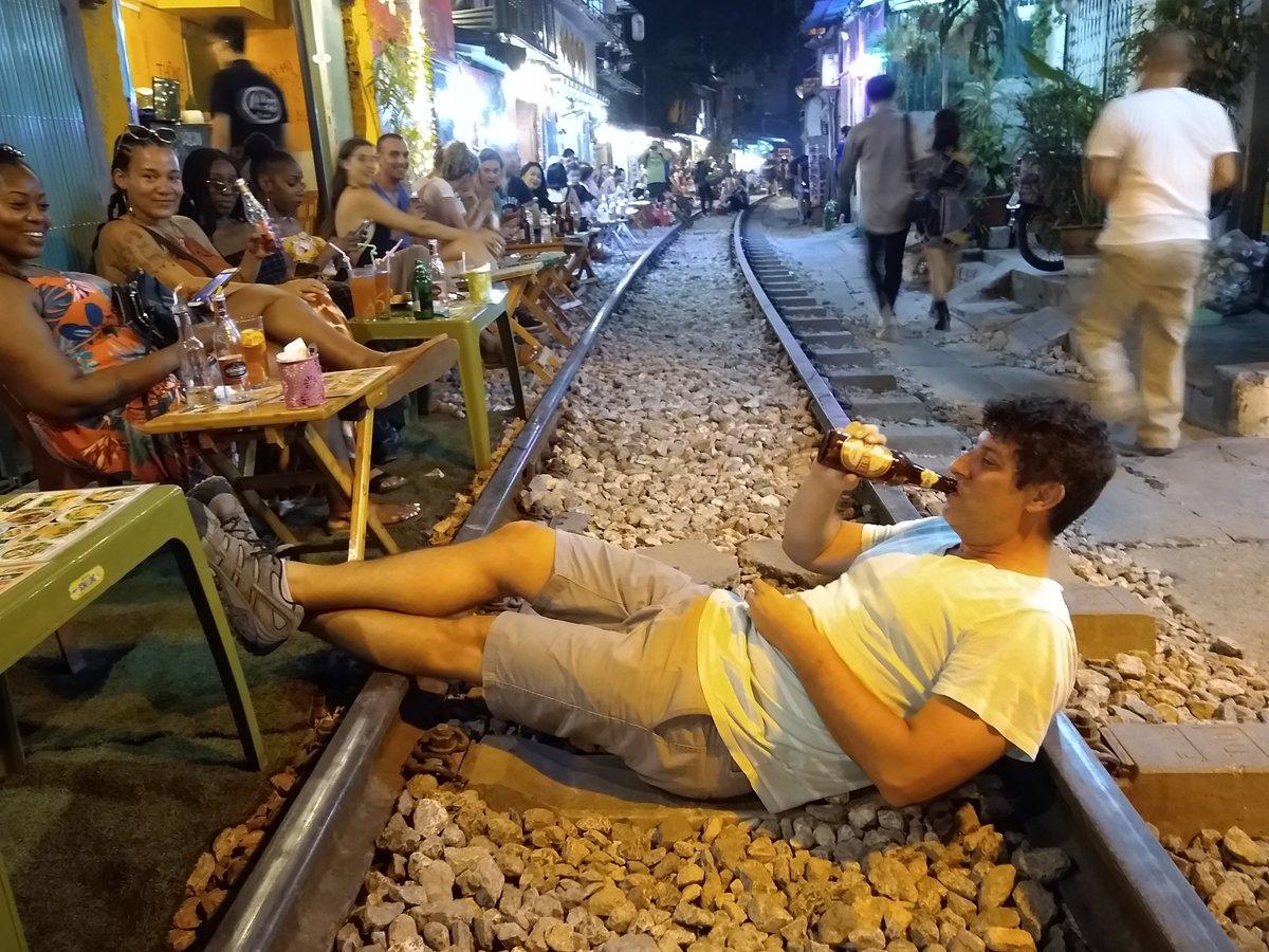 EF3utfIX0AABUbA - Those train streets!
