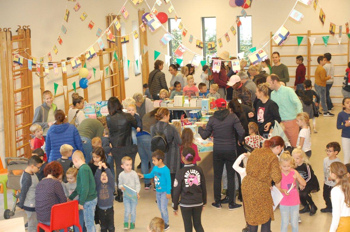 """test Twitter Media - Op De Meidoorn hebben we de Kinderboekenweek 2019 geopend. Dit is gebeurd met een kinderboekenmarkt met medewerking van The Read Shop uit Kerkdriel. Het thema is: """"Reis mee!"""" In dit kader hebben alle leerlingen een  reis door Kerkdriel gemaakt in een Amerikaanse schoolbus. https://t.co/t1mW7B5t7I"""