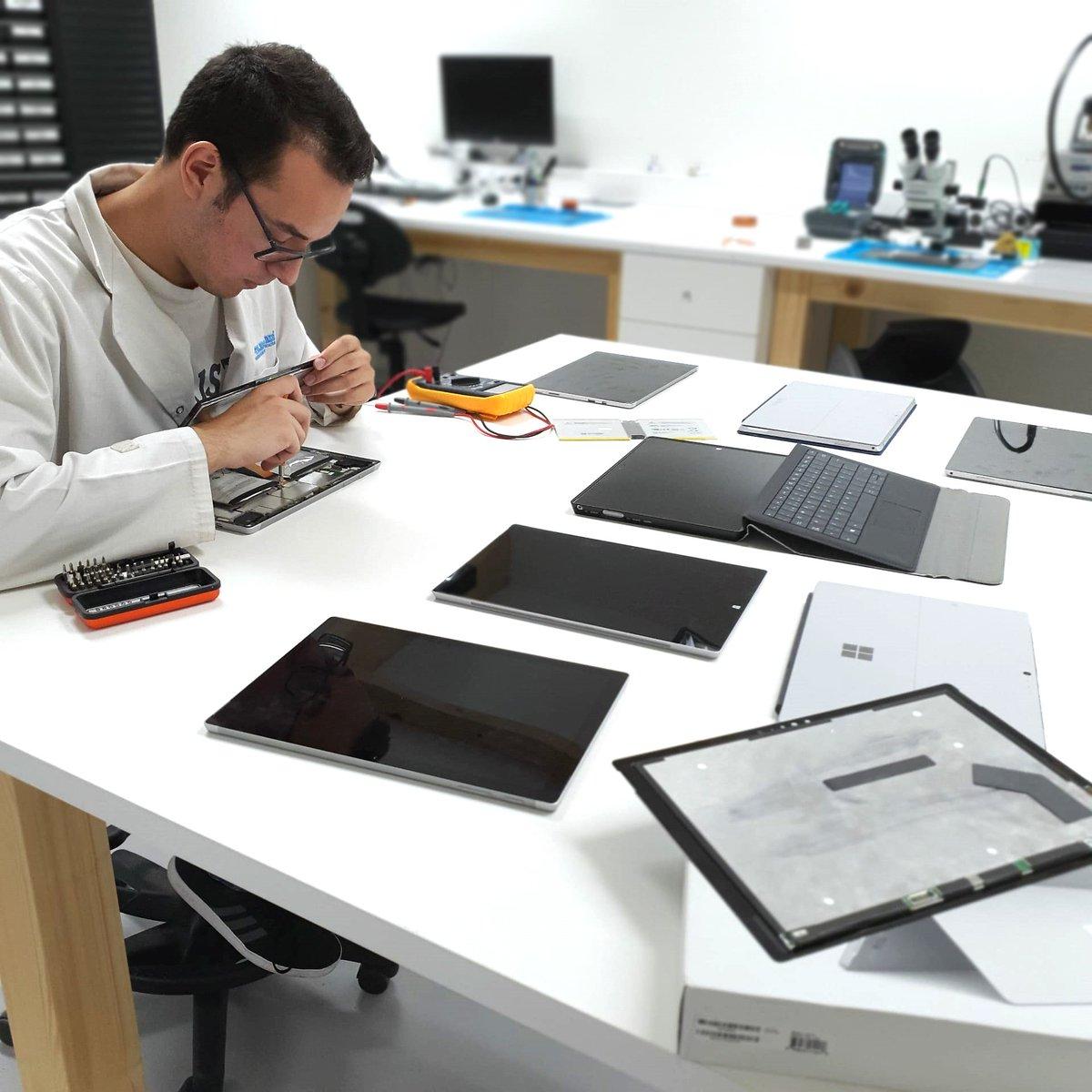 Possuímos Técnicos especializados na reparação de Microsoft Surface. Sempre com garantia sobre o serviço.  Consegue um orçamento grátis em http://www.ptelemoveis.pt | 244001251 | suporte@ptelemoveis.pt  #ptelemoveis #surface #microsoftrepair pic.twitter.com/GBbQTOaXaF