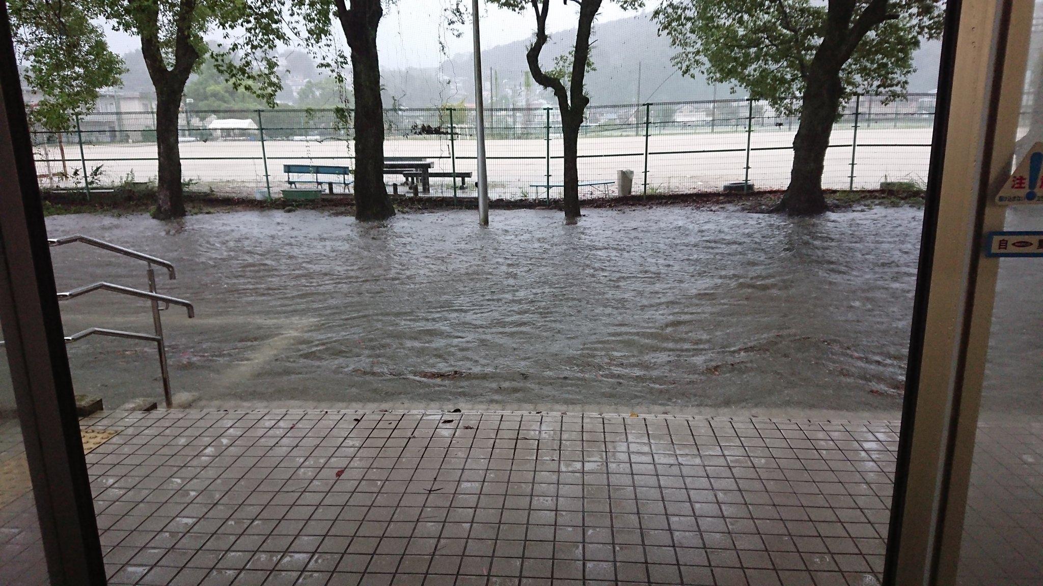 画像,現在の高知大学朝倉キャンパスの状況です。現状西側の道路が浸水しています https://t.co/Cf1EwlrXBX。