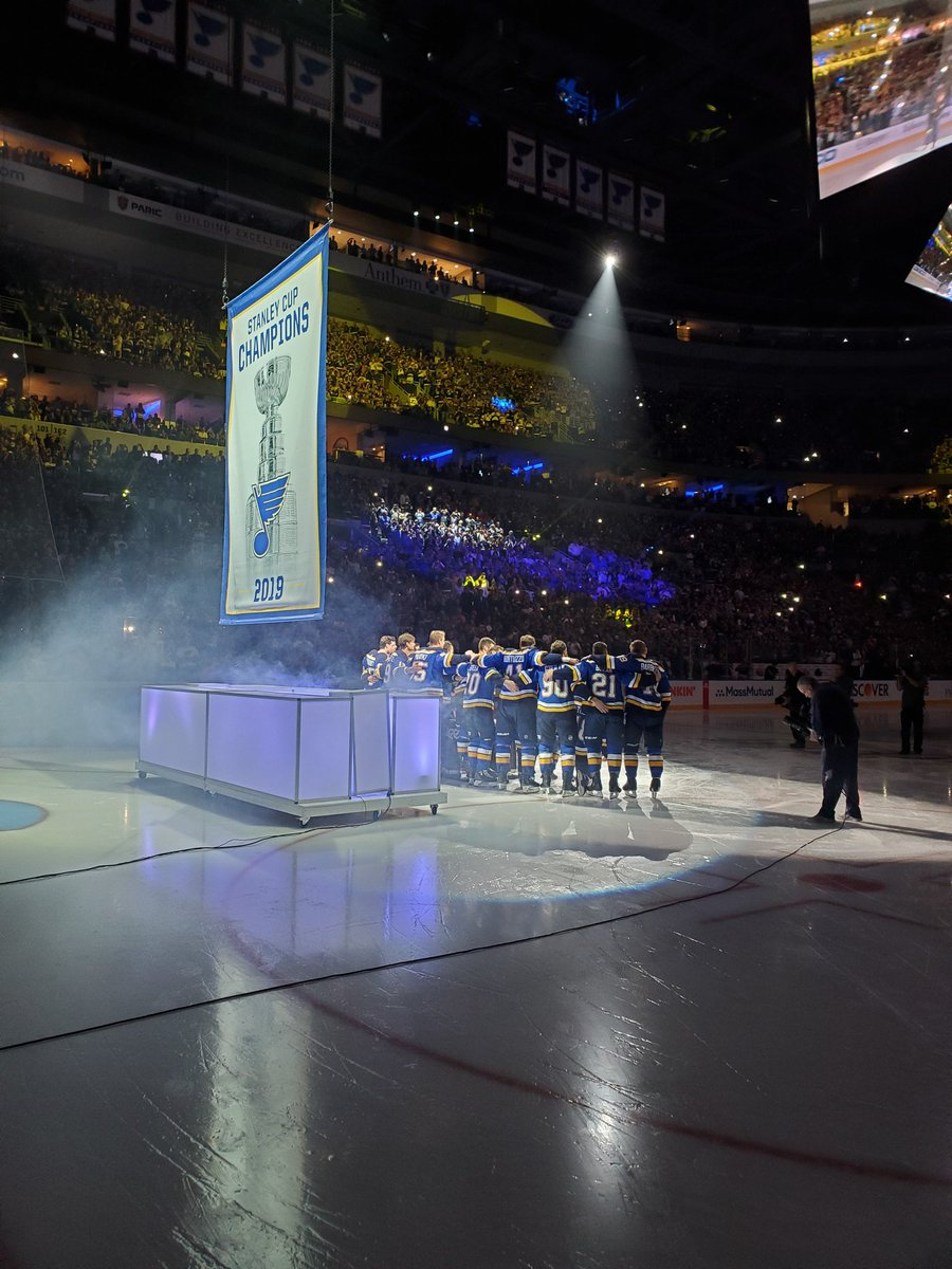 A great way to start a game. @StLouisBlues the defending #StanleyCup champions begin their season. @HockeyHallFame @NHL