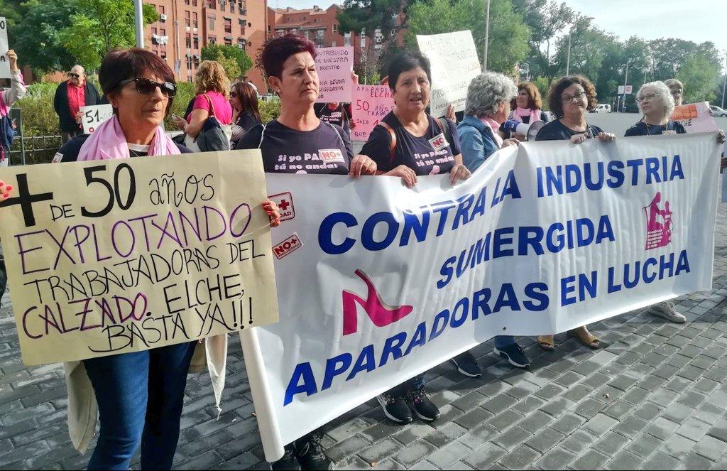 Gracias por el ejemplo de lucha de las aparadoras del calzado alicantino, las mujeres de mi vida. Hoy se manifiestan en Madrid contra la economía sumergida y por sus derechos laborales: cotización, reconocimiento de enfermedades, jubilación... Fuerza! @AparadorasElche
