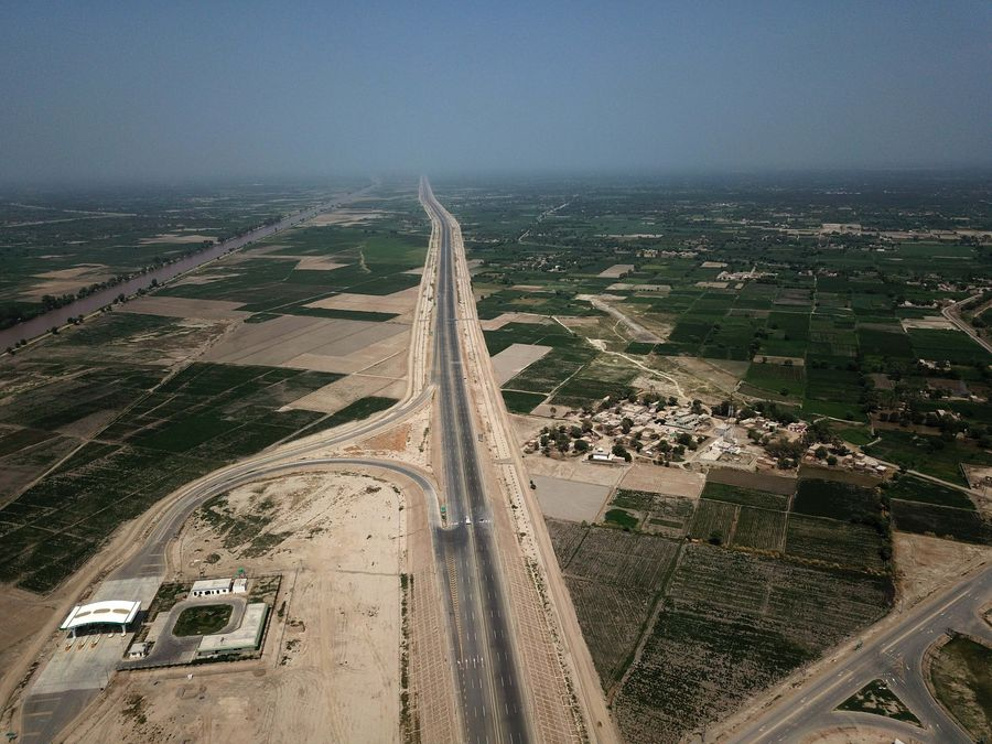 Chinese-built Sukkur-Multan motorway, as part of Pakistan's north-south traffic artery under China-Pakistan Economic Corridor (#CPEC), will enhance connectivity, boom local business http://xhne.ws/D40Rh