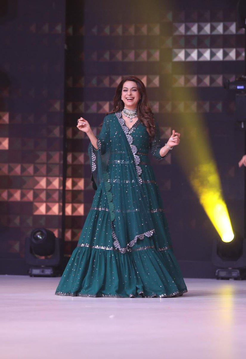 Ding dang ding 💃 . . Outfit: #VvaniByVaniVats Accessories: @amrapalijewels Styled by: @sujatarajain Hair: #ManojChavan Makeup: #SangeetaRawal
