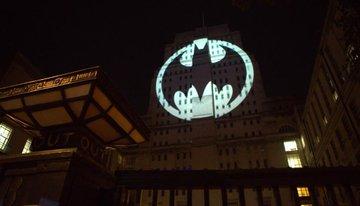Simbol Betmena na zgradi