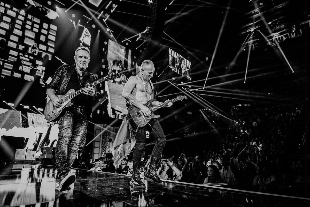 .@DefLeppard is shredding it on their guitars at #iHeartFestival2019 🎸