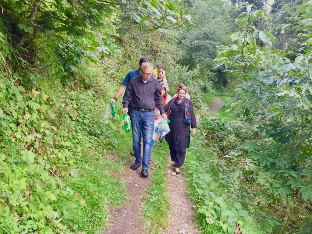 The President of Pakistan picking up the trash during his 5 km hike in the scenic mountains near Changla Gali today. #ResponsibleTourism #Pakistan