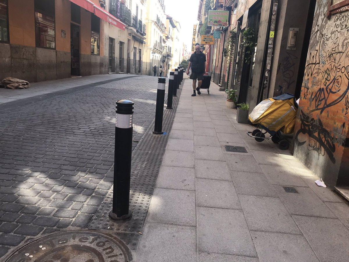 Si persistes en el error, no solamente eres necio, si no que además eres un irresponsable. En la calle de la Palma, @MADRID atenta contra la salud y/o la vida de las personas con dificultades de movilidad. ¿Bolardos y asientos en la parte rugosa de la acera?